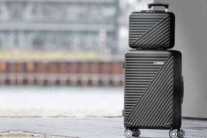 Tobias Jacobsen mellom koffert og carry on bag