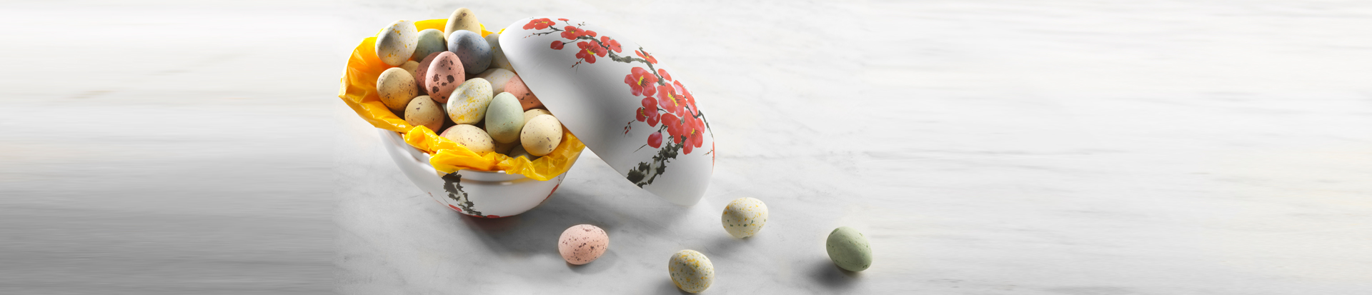 Metalegg dekorert med japanske kirsebærblomster, fylt med belgiske chokoladeegg 220g